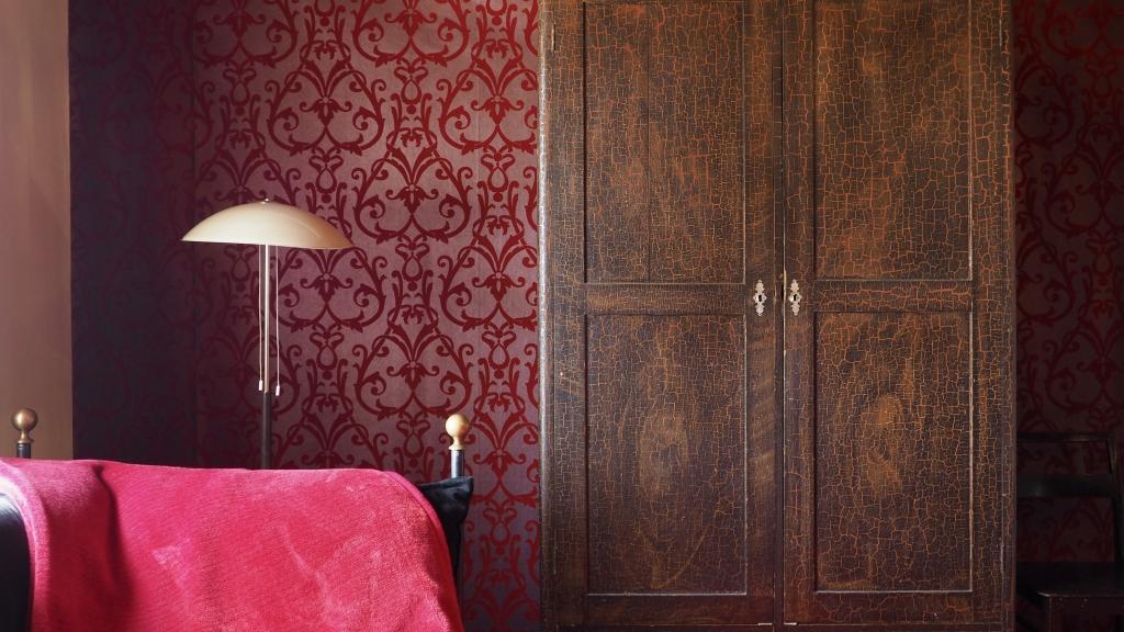 Red bedroom, unique accomodation in Jokioinen | Hunajakoto